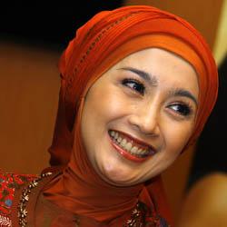 10 Artis yang Memutuskan Pakai Jilbab .