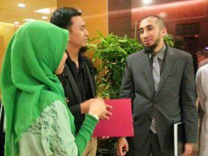 Erfian Asafat (tengah) bersama Nouman Ali Khan dalam acara di Malaysia tahun 2013 (Foto: Dokumentasi Facebook Erfian Asafat)