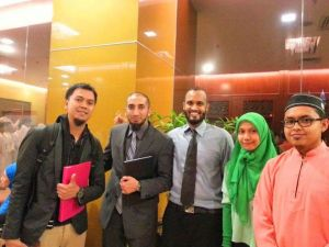 Erfian Asafat (kiri) bersama Nouman Ali Khan dalam acara di Malaysia tahun 2013 (Foto: Dokumentasi Facebook Erfian Asafat)
